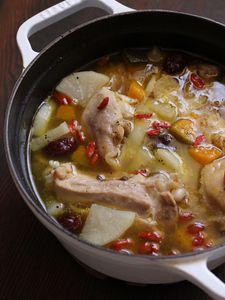 骨付き鶏もも肉の「餅」入り参鶏湯     材料(2人分) 鶏骨付きもも肉2本 A 塩小さじ1  酒大さじ2 水1000CC 大根150g かぼちゃ150g しょうが1かけ(10g) なつめ ※あれば6~8個 餅2個 クコの実 ※あれば大さじ1 塩少々 黒こしょう少々 ねぎ1/4本 みつば3本 作り方 1.しょうがは薄切り、ねぎは小口切り、三つ葉は長さ3cmカットにしておく。 2.鶏肉の関節を包丁の根元で切り離し、Aで下味をつける。 3.鍋に1と大根、かぼちゃ、しょうが、なつめと分量の水を入れて中火にかけ、沸騰したらアクをとり、蓋をして弱火で30分煮る。 4.塩・黒こしょうで味付けをし、餅とクコの実を加えさらに3分程煮て、器に盛り、ねぎとみつばをちらす。