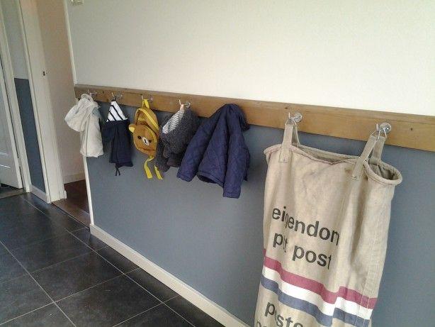 Kapstok met postzak  Lange lat met haken voor de jassen van de kinderen.