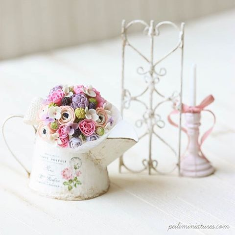 Inspired by many of the Japanese florists, I wanted to create a mini iron wrought decorative fence to go along with this bouquet...so here it is  Happy weekend all! #peiliminiatures #miniatures #flowers #dollhouseminiatures #clayflowers #claybouquet