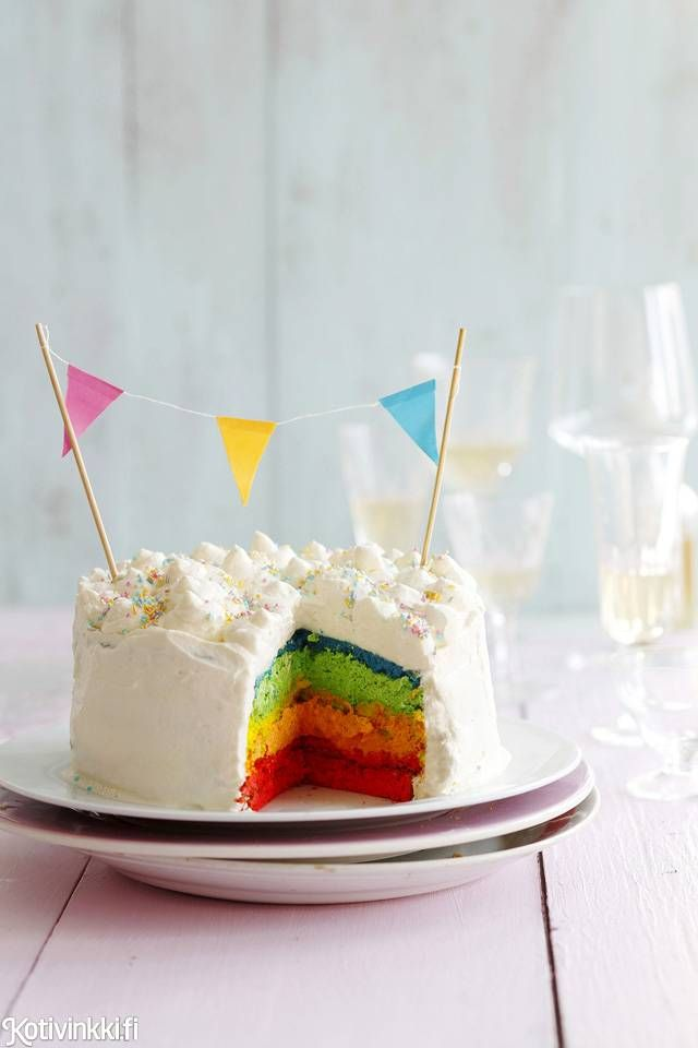 Sateenkaarikakku. Kakun juju paljastuu vasta leikattaessa.  / Rainbow cake #synttärit #täytekakku #lastenjuhlat #kidsparty #birthdaycake #childrensparty