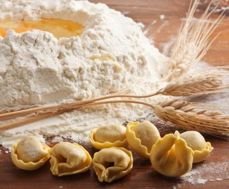 Difficile trovare chi non ami i tortellini bolognesi. Il segreto del loro successo sta proprio nel particolare ripieno in cui gli ingredienti si amalgamano così bene da generare un unico, inconfondibile sapore. Provate anche voi, vi basteranno pochi ingredienti e tanta passione per la buona cucina tradizionale.