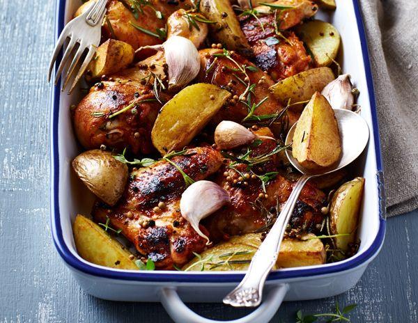 Η κλασική νοστιμιά του ζουμερού κοτόπουλου με πατάτες στο φούρνο απογειώνεται με μερικές μικρές έξτρα πινελιές.