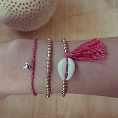Armbänder basteln part III. Neue Perlen, noch hübscher. Der Sommer kann jetzt kommen. Ich will die schönen Bändchen in die Sonne tragen