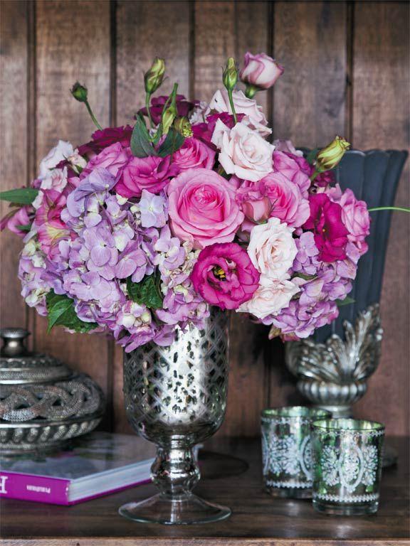 Combinação de rosas e minirosas, lisiantus desabrochados e em botões e hortênsias lilás