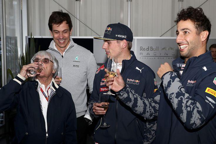 Formule 1-baas Bernie Ecclestone viert zijn verjaardag met Red Bull Racing-coureurs Max Verstappen en Daniel Ricciardo, en Mercedes-directeur Toto Wolff