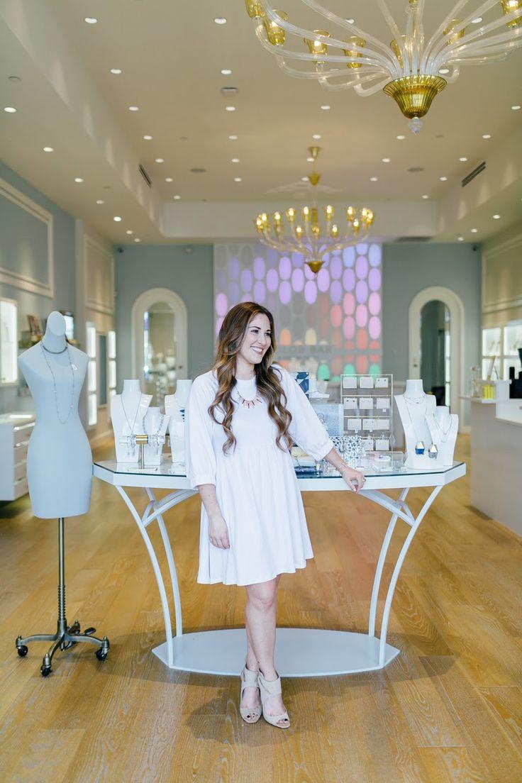 Кендра Скотт Продажа: 15% от торгового мероприятия по моде блоггера Лавру Walking в Мемфисе в высоких каблуках