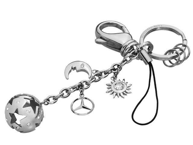 """Portachiavi Barcellona, color argento, acciaio legato lucidato a specchio, anello portachiavi piatto con 3 mini-anelli aggiuntivi, moschettone, passante per cellulare, utilizzabile come portachiavi, portacellulare o ciondolo per borsa, impreziosito con cristalli Swarovski®, ciondolo con Stella 3D, scritta """"Mercedes-Benz"""" incisa sull'anello portachiavi."""