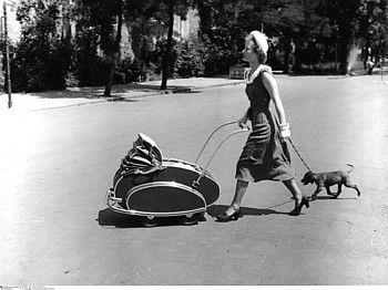 Unterwegs mit Kind und Hund  Berlin (West), 1950  Fotograf: Friedrich Seidenstücker