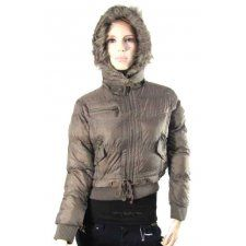 Un manteau avec capuche pour femme chez legrossiste vetement femme pas cher , tous les genres de manteaux doudounes , parka pour femme a des prix a vous réchauffer le coeur.