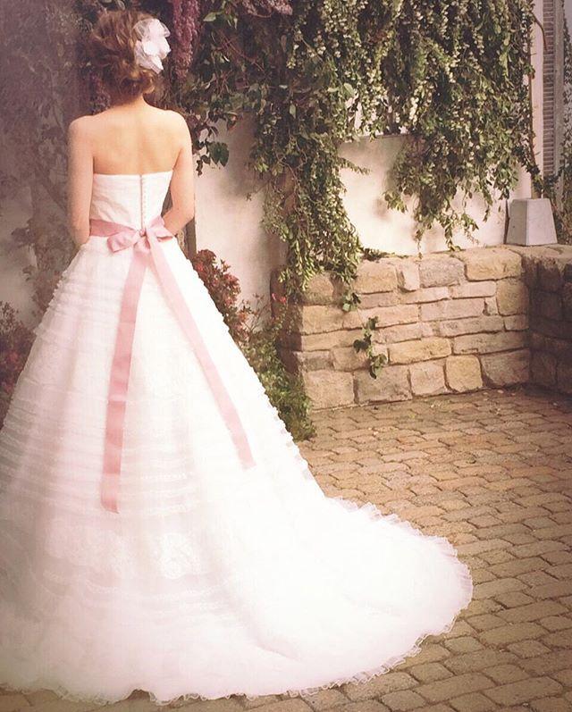 リバーレースをフリルレースと交互に並べたfiorebiancaオリジナルドレスです⑅ナチュラルな会場にぴったりな1着....♡ヘッドはミニベールをアレンジして付けて頂きました(*^^*) . . #フィオーレビアンカ #fiorebianca  #weddingdress #shooting #fairy #プレ花嫁 #ドレスショップ#ナチュラルウェディング  #オリジナルドレス