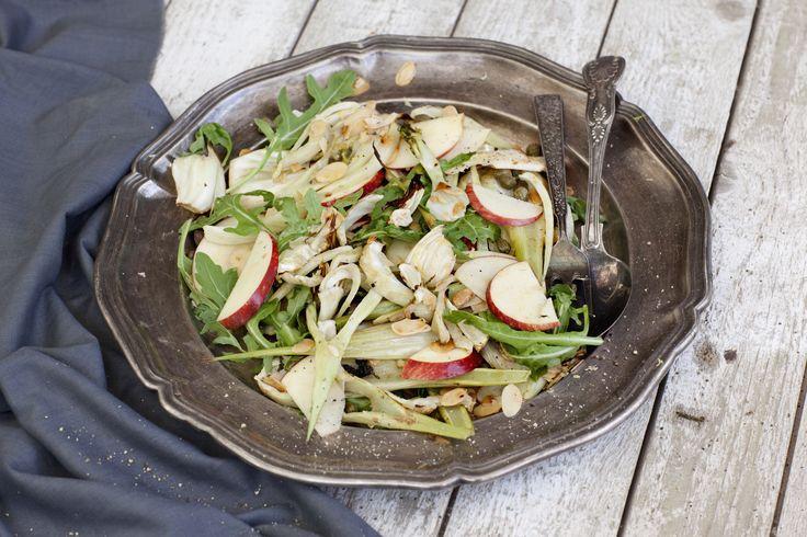 En ljummen men ändå knaprig sallad med massor av smak. Söta krispiga äpplen, inlagd kapris, fänkålens milda lakritstoner, citron och så fantastiskt brynt smör. Lägg upp salladen på ett stort fat och strö över ingredienserna – det blir både snyggt och gott.