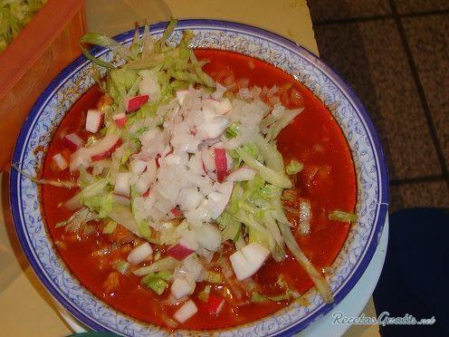 Pozole rojo de pollo estilo michoacan