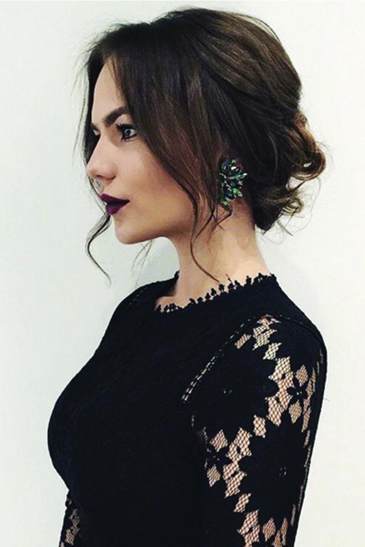 Eleganter romantischer Hochsteckfrisur mit dunkelbraunen Luxy-Haarverlängerungen auf der schönen