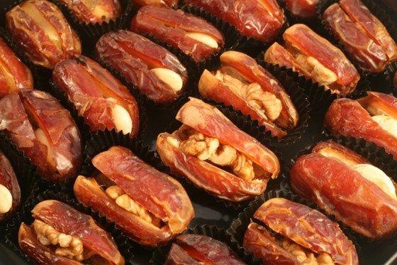 Фаршированные сыром бри финики с грецкими орехами и кленовым сиропом