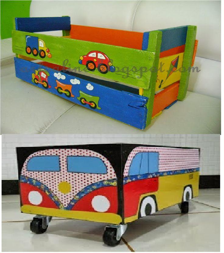 reutilizando caixotes de feira para guardar brinquedos, etc...