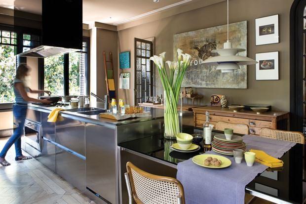 8 propuestas geniales para decorar tu cocina  Animate a sumar piezas de arte y cuadros que le den un aire sofisticado a la cocina.  Foto:Living /Archivo LIVING