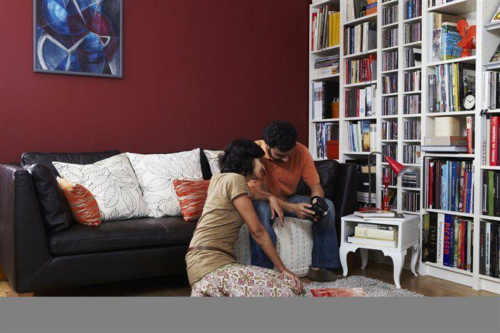 BILLY libreria.  IKEA STOCKHOLM divano 3 posti in pelle €1.410,66. Elegant marrone scuro 501.031.85.  TROLLSTA tavolino €60,40. Cm 38x38, h cm 40. Bianco 702.007.22