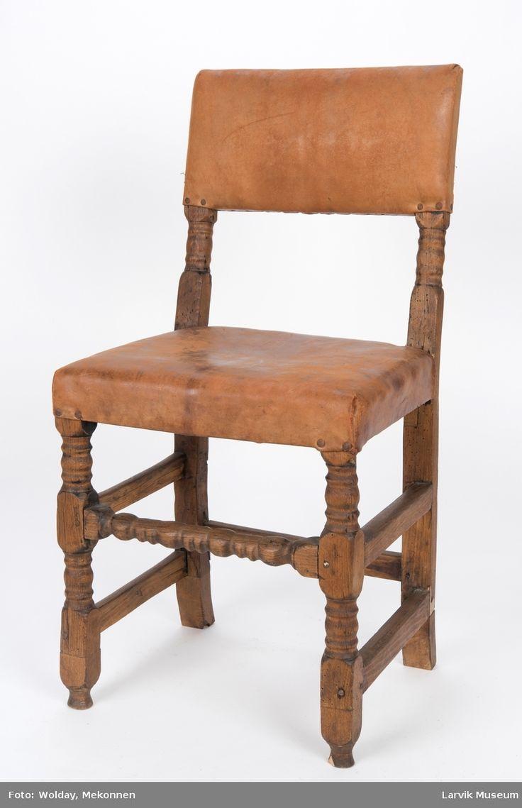 Form: rett avskåret,rekt.rygg, bakstolper i ett med  Uten armlener firesidige bakben, høvlet og dreiet sprosseverk, festet med trenagler,skinntrekk på sete og rygg,festet med jernnagler