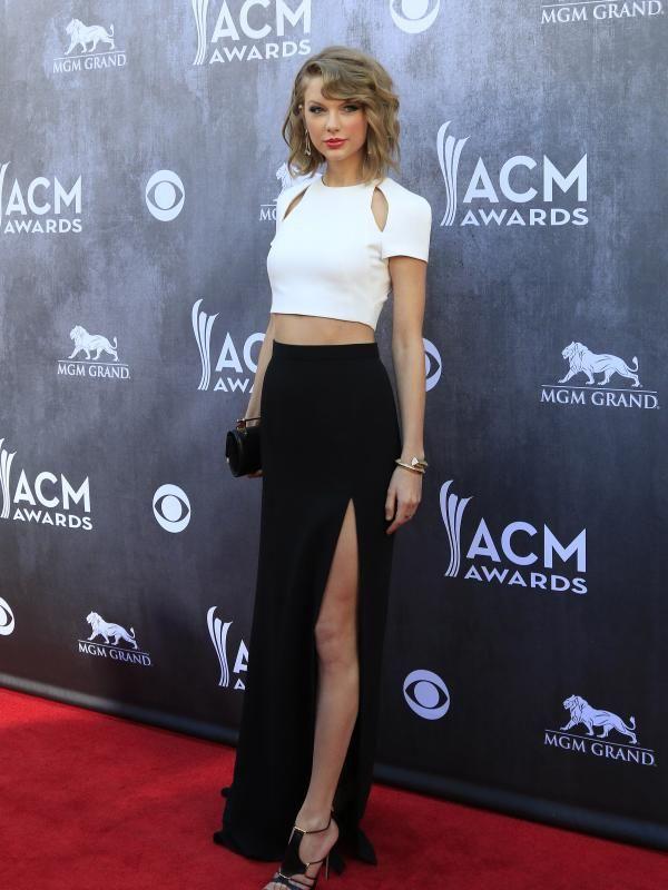 Hanya dengan hitam-putih, Taylor Swift tampil memukau dalam busana monokromnya. Kaki Taylor Swift yang jenjang dipertegas dengan rok hitam yang terbelah tinggi. (Bintang/EPA)