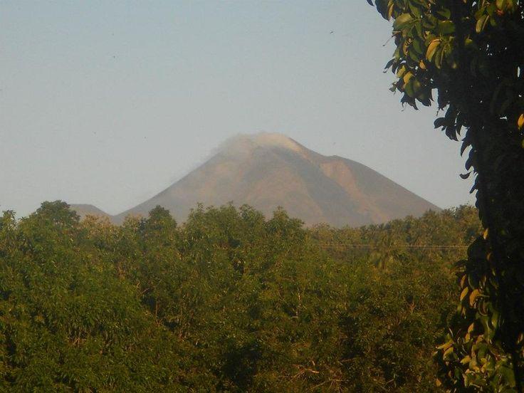 werkende vulkaan (op veilige afstand), uitzicht vanaf de achtertuin van Sendowan Baru