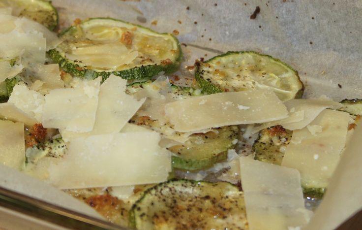 Squash i fad med hvidløg, olivenolie ogparmesan