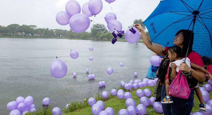 Μία γυναίκα απελευθερώνει μπαλόνια στην Κουάλα Λουμπούρ κατά τη διάρκεια εκδήλωσης μνήμης για τις 239 ψυχές που επέβαιναν στο μοιραίο Boeing της Malaysia Airlines. 'Ολα αυτά, λίγες ώρες μετά το σκληρό μήνυμα που έστειλε η κινεζική κυβέρνηση στους συγγενείς των αγνοουμένων: «Αποδεχθείτε ότι είναι νεκροί και ετοιμαστείτε για τις κηδείες τους». Ωστόσο, όπως ανακοίνωσε ο πρωθυπουργός της Αυστραλίας οι έρευνες θα συνεχιστούν μέχρι να εντοπιστεί το αεροπλάνο. http://www.iefimerida.gr/