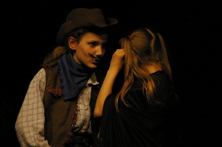 La grande histoire d monde des histoires : le shérif et le petit chaperon noir