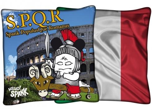 HELLO SPANK CUSCINO ITALIA  Cuscino Hello Spank in tessuto. Su un lato del cuscino è possibile trovare una stampa di Spank vestito da antico romano con lo sfondo del colosseo romano, mentre sull'altro lato la stampa della bandiera italiana.