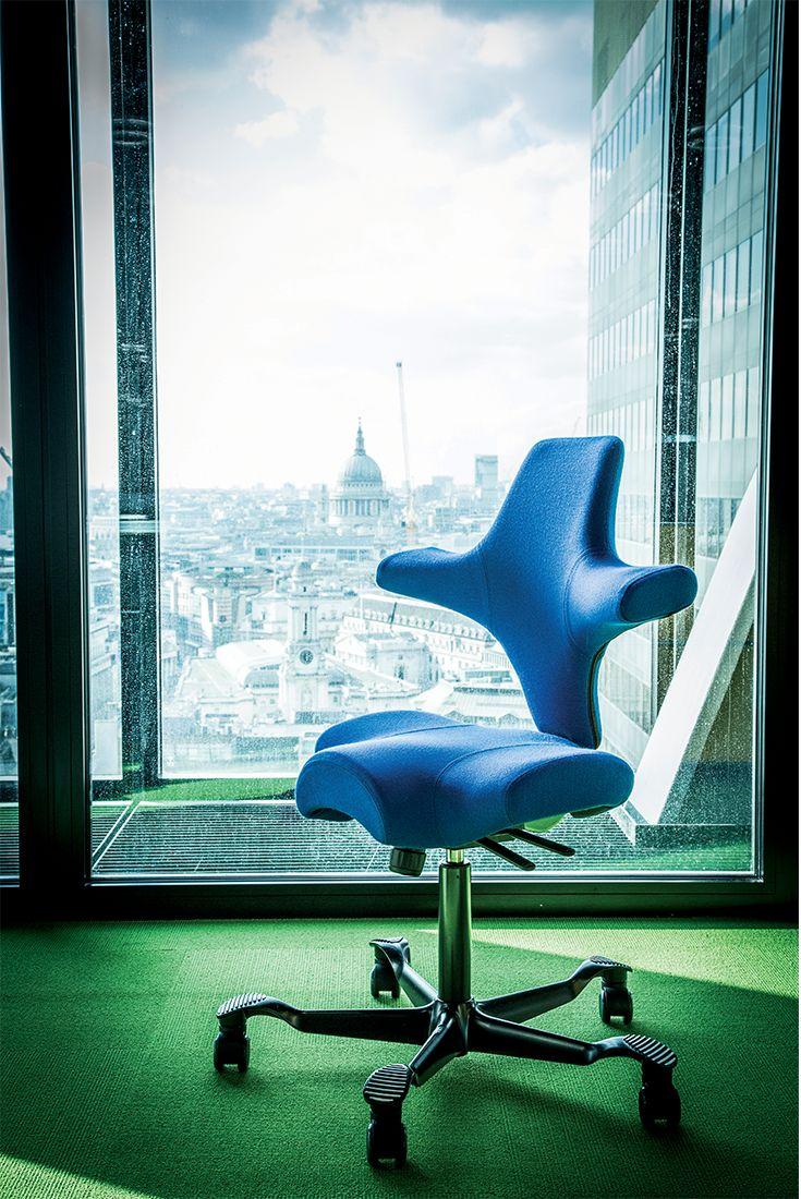 Se amate l'innovazione, HÅG Capisco è la sedia da ufficio che fa per voi. Non troverete soluzione migliore per lavorare seduti a diverse altezze o a tavoli con piano regolabile.