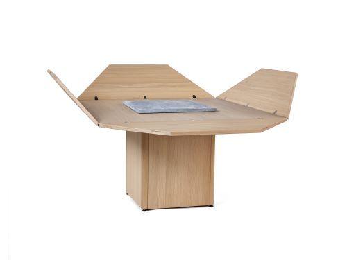 De iconische Cirkante tafel van Bob Vanden Berghe, ontworpen in 1976, wordt vandaag opnieuw uitgebracht in de conceptcollectie FloWers & SeeDs. De tafel, die je in een handomdraai kan omvormen van een vierkante naar een ronde tafel, biedt in gesloten vorm plaats aan acht personen. Klap je alle vier zijden open, dan breng je gezellig twaalf mensen samen.