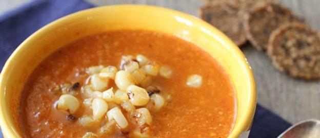 De zomer laat nog even op zich wachten, maar daardoor kan jij nog lekker opwarmen met deze tomaten-paprikasoep.