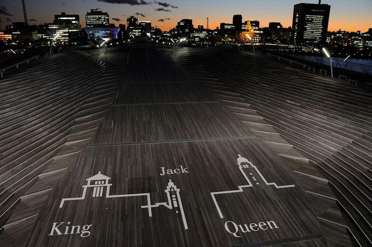 大さん橋国際客船ターミナルのイベント広場には横浜三塔のイラストが。 みなとみらい 横浜 横浜三塔 キング クィーン ジャック 観光 建築