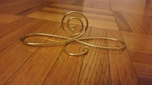 20 Gold Wire Table Number Holders. Perfect for 4×6 table numbers made of cardstock. Shipping is not included in the cost.