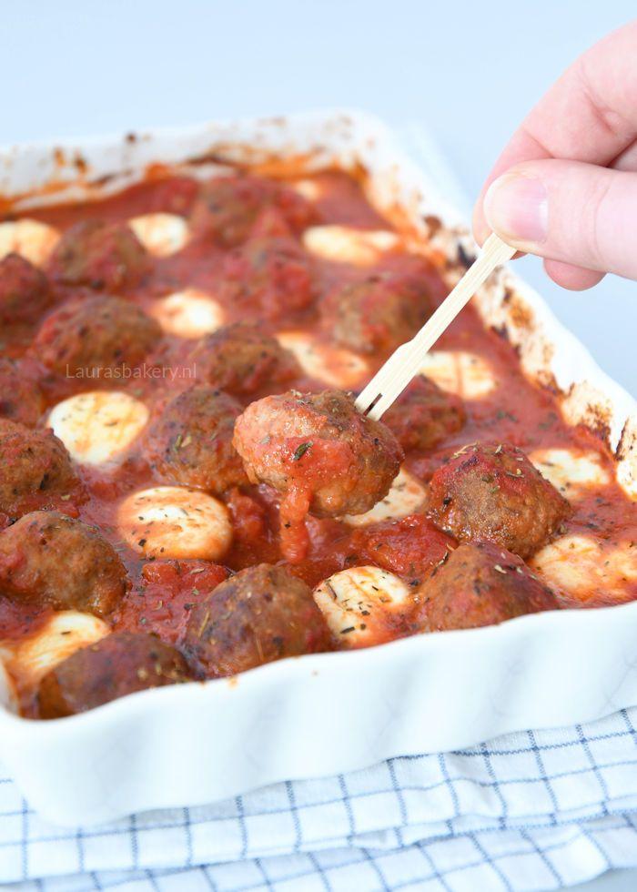 Voor bij de borrel, als onderdeel van de maaltijd of bij een tapas avond. Deze gehaktballetjes in tomatensaus zullen zeker in de smaak vallen.
