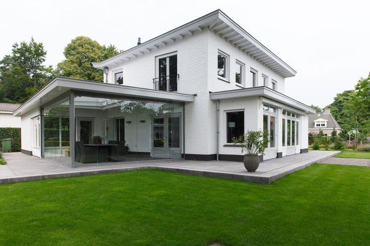 Wit huis aangelegde tuin moderne tuin gras traptreden for Voortuin strak modern