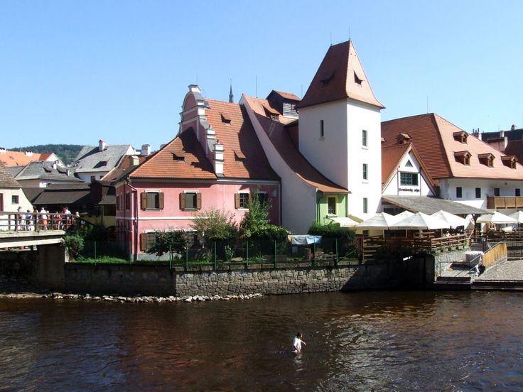 Bohémia, azaz a történelmi Csehország Prágán kívüli tájain is lehet - és érdemes úti célokat keresni. A középkor itt még él. Csak nem sötét, hanem színes.