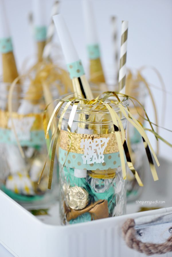 New Year's Eve mason jars make great party favors for your New Year's Eve Party!