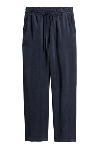 CONSCIOUS. Een wijde broek van geweven Tencel® lyocell met elastiek en een drawstring in de taille en steekzakken.