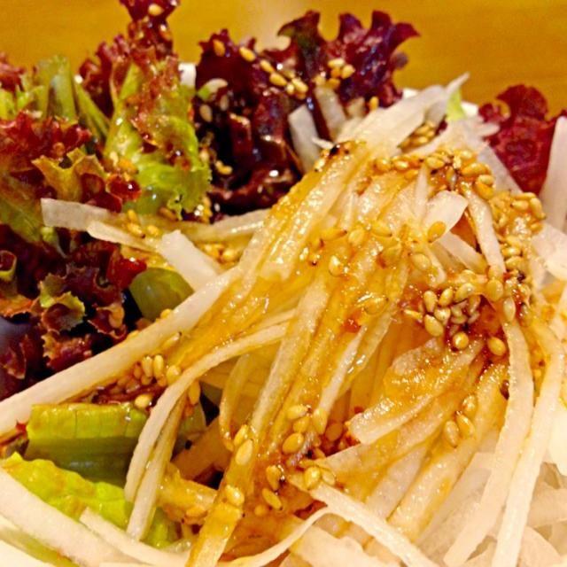 ハンバーグと一緒にサラダを作ろうと、野菜室をみたら…レタスチョットと大根しかいない~ってことでだいこんサラダ❤ドレッシングは自分で作った和風デスわ❤ - 34件のもぐもぐ - だいこんサラダドレッシングは自分でつくってみたわ by kazu347