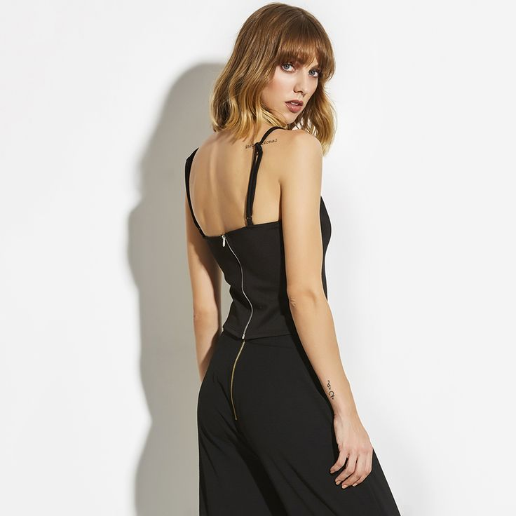 This sexy Caged Crop Tank Top has a teasing neckline and on the back a sexy zipper. Here you can see why this top sits perfectly. And the front part is even sexier! It has a small straps neckline to make it even more special. This top is always to combined. Short or long skirt, trousers short or long- all four possibilities will look fabulous on you! 😍