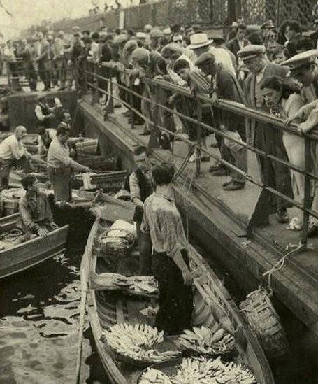 Rus arşivinden 1878 yılında İstanbul Galata Köprüsünde balıkçılar
