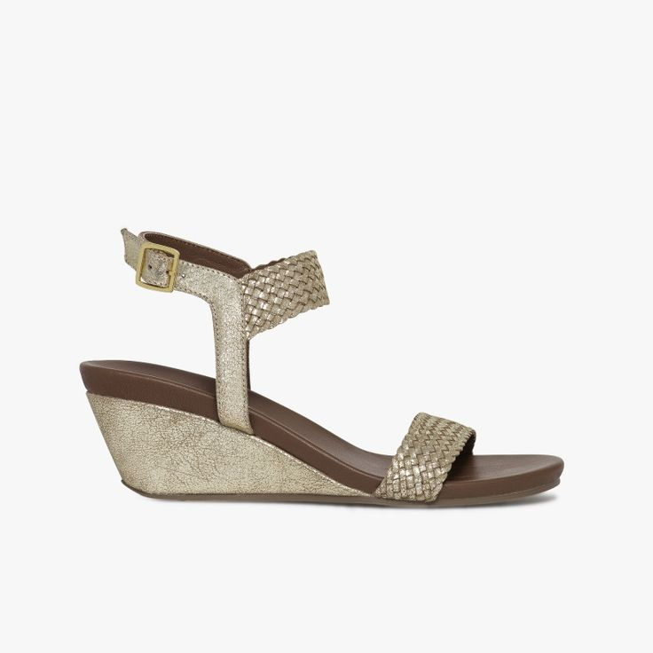 Sandale compensée dorée en cuir tressé semelle souple   Une sandale compensée très agréable à porter et féminine avec son cuir tressé. Cette sandale possède la technologie brevetée Bocage Innovation, ainsi votre chaussure s'adaptera aux largeurs de votre pied et vous garantira un bien-être inédit. A noter, sa doublure entièrement cuir. Talon : 6 cm.  •#SHOESINMYLIFE On peut l'associer avec un pantalon 7/8 en coton.   •Prendre votre pointure habituelle.