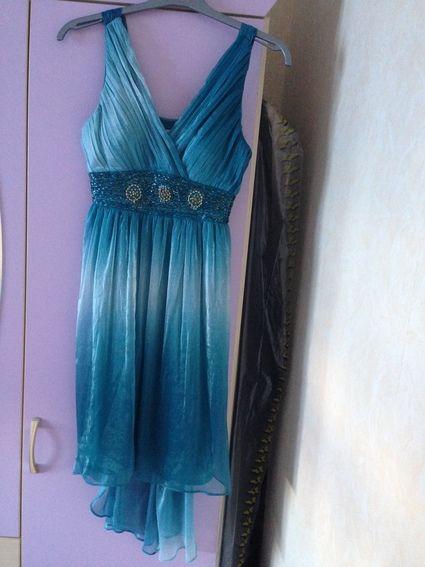 Robe turquoise, ceinture or et turquoise, asymétrique(long derrière court devant) taille 36  En très bon état  Prix d'achat: 60€