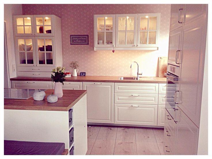 So ein dunkles Wetter heute😩 die Küche kann man nicht von allen Seiten fotografieren, habe aber zum Glück eins hinbekommen 😊 eine Dunstabzugshaube fehlt immer noch, finde einfach keine richtige! . . #kitchen #küche #bodbyn #küchenkonfetti #wohnkonfetti #ikea #solebich #interior #inspo2you #interior4you #instagood #inspoformilla #inspiration #depot #decor #design #deko #myhome #hanne_