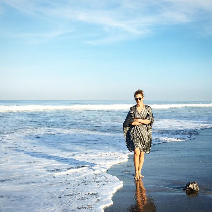 Beach-stroll with us! Tag us in to your waterside pictures with your favourite Linda Hering ☀️ and add #lindaheringbyme - Summer is ON ☀️let's see how and where you guys spend it  #silkkaftan #lindaheringkaftan #silk #floweroflife #kaftan #resortwear #beachwear #stroll