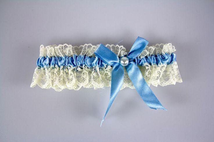 Daca esti una dintre miresele care doresc sa poarte ceva albastru si sa respecte in acelasi timp traditiile de nunta, jartiera cu fundita albastra este un accesoriu vestimentar care nu trebuie sa lipseasca de la nunta.   Acest obicei care se pastreaza din generatie in generatie...