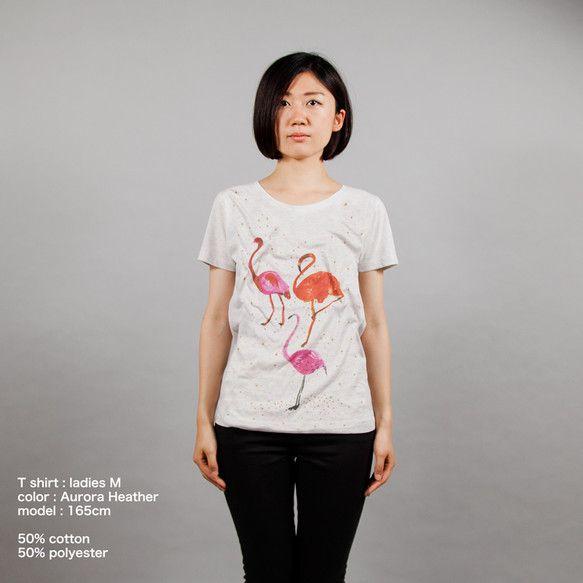 この直線美フラミンゴの動物イラストTシャツです。レディース向けのボディー。全体にゴールドで水しぶきをプリントしました。50%コットン、50%ポリエステル。|ハンドメイド、手作り、手仕事品の通販・販売・購入ならCreema。