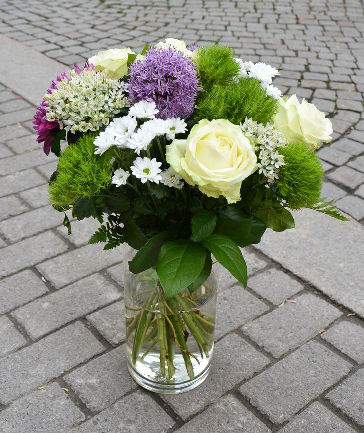 Denna härliga bukett har vi fått in som Dagens Blommogram från Bellis Blommor i Köping. En riktigt härlig försommarbukett i vitt, lime och lila. Visst är den härlig? #blommor #bukett
