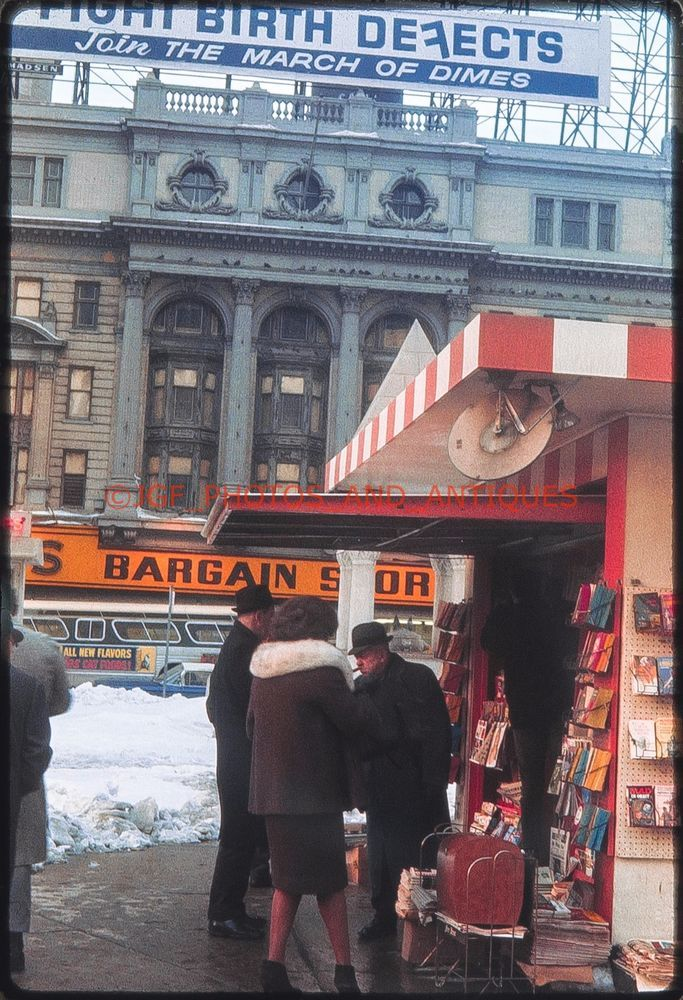 1960S DETROIT NEWSPAPER STAND STREET SCENE ORIG VTG AMATEUR 35MM PHOTO SLIDE