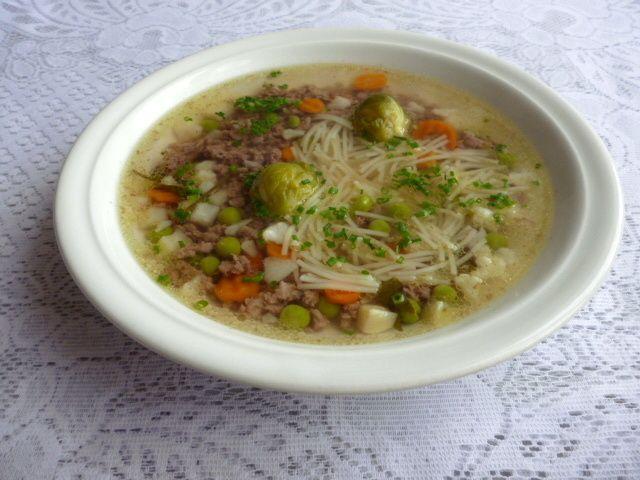 Hovězí polévka z mletého masa s nudlemi